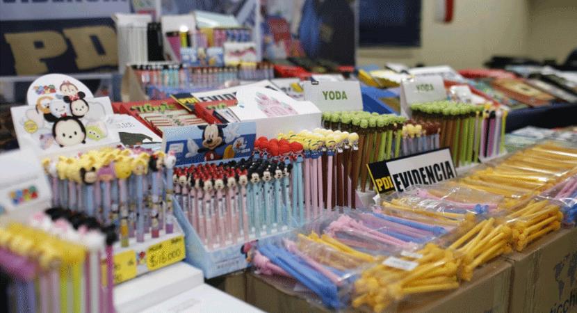 PDI decomisó libros y útiles escolares que eran vendidos de manera irregular en el centro de Santiago