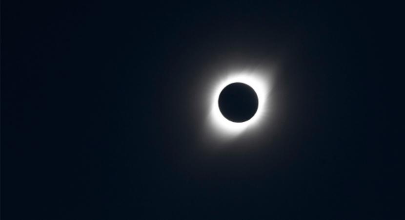 Chilenas y chilenos pausaron sus quehaceres diarios para contemplar el eclipse total de sol