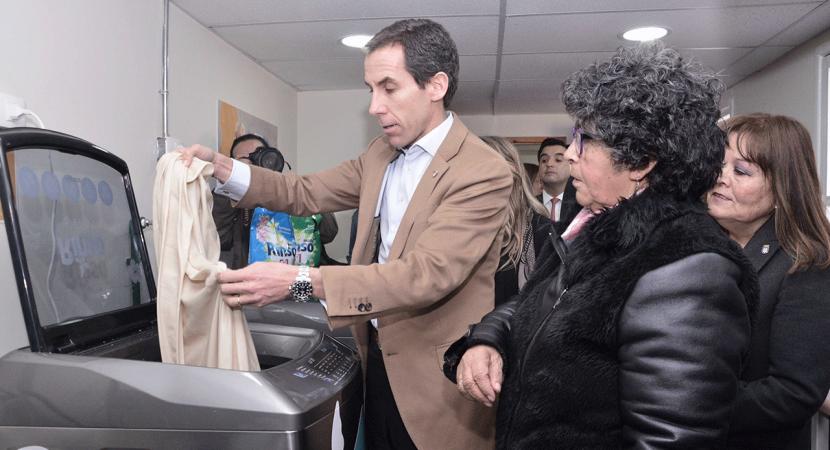 Presentan lavandería comunitaria gratuita para adultos mayores de Santiago