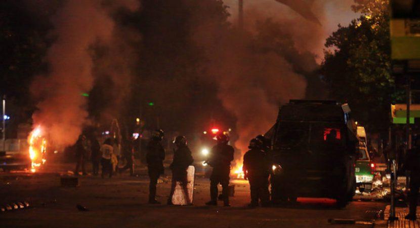 Un fallecido y tres carabineros heridos luego de violenta noche en Región Metropolitana