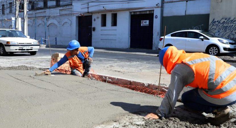 Aprueban más de $2.400 millones para renovación de veredas y calzadas en Santiago