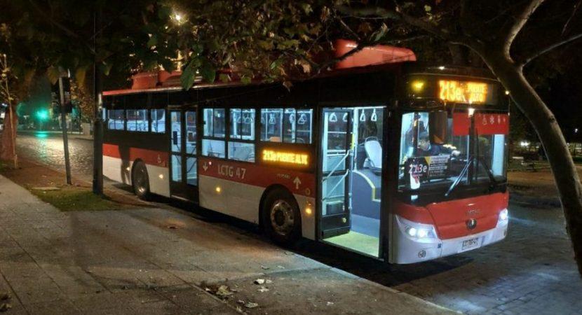 Video muestra conductor de Transantiago pasando luz roja y colisionando camioneta en la capital