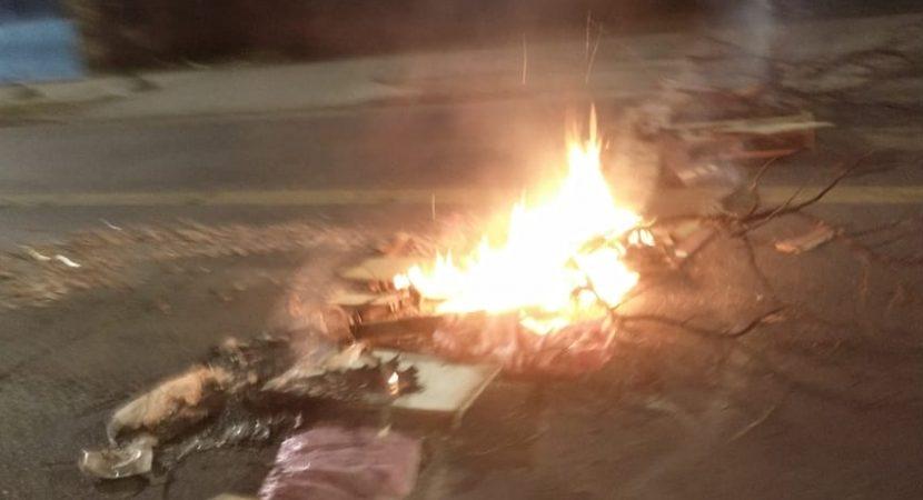 Barricadas en diversas comunas marcan la noche del 11 de septiembre en la Región Metropolitana