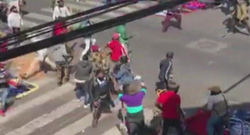 Video que muestra pelea entre vendedores ambulantes demuestra baja fiscalización en Barrio Meiggs de Santiago