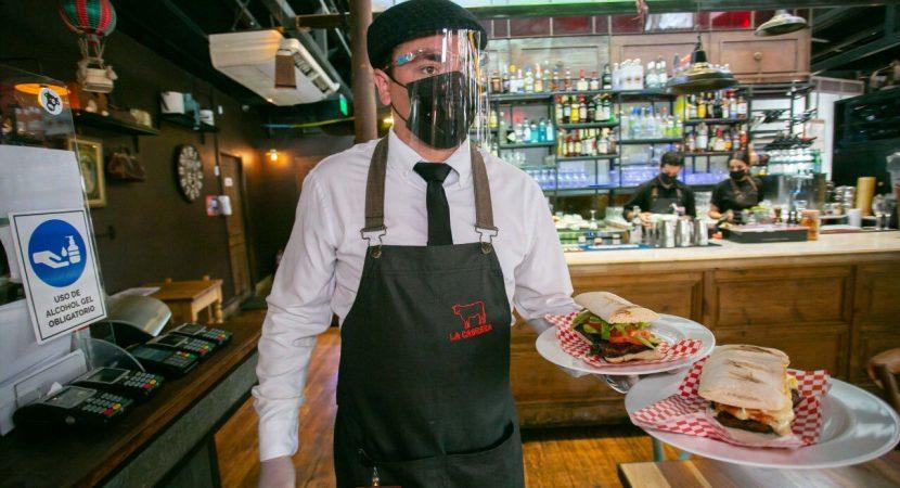 Ministerio de Economía y gremio gastronómico refuerzan medidas sanitarias y llamado al autocuidado en reapertura de restaurantes