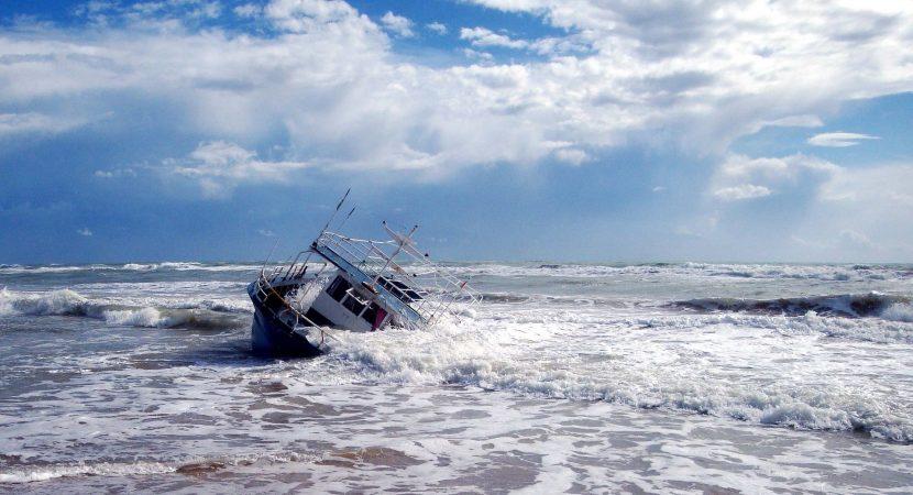 74 personas murieron en naufragio frente a las costas de Libia
