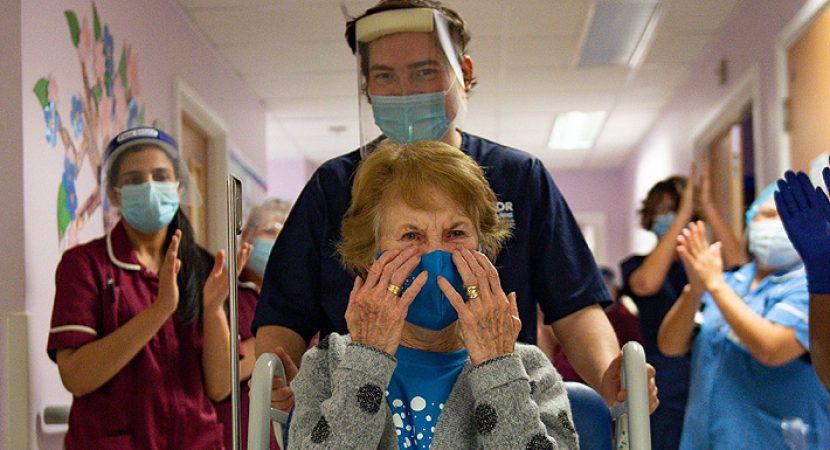Reino Unido ya está administrando vacuna Pfizer contra el coronavirus: Mujer británica de 90 años es la primera en recibirla