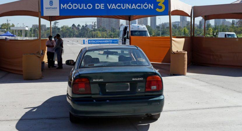 Santiago implementa plan Vacúnate en el Auto en el Parque O'Higgins