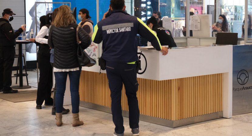 Fiscalizan apertura de centro comercial en fase 2 en Las Condes