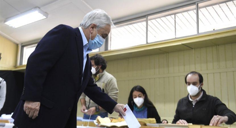 Presidente Piñera vota en primer día de histórico fin de semana de elecciones