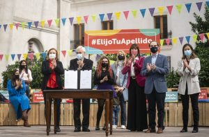 En el Día de la Madre, Presidente Piñera promulga ley que permite cambiar orden de apellidos de las personas